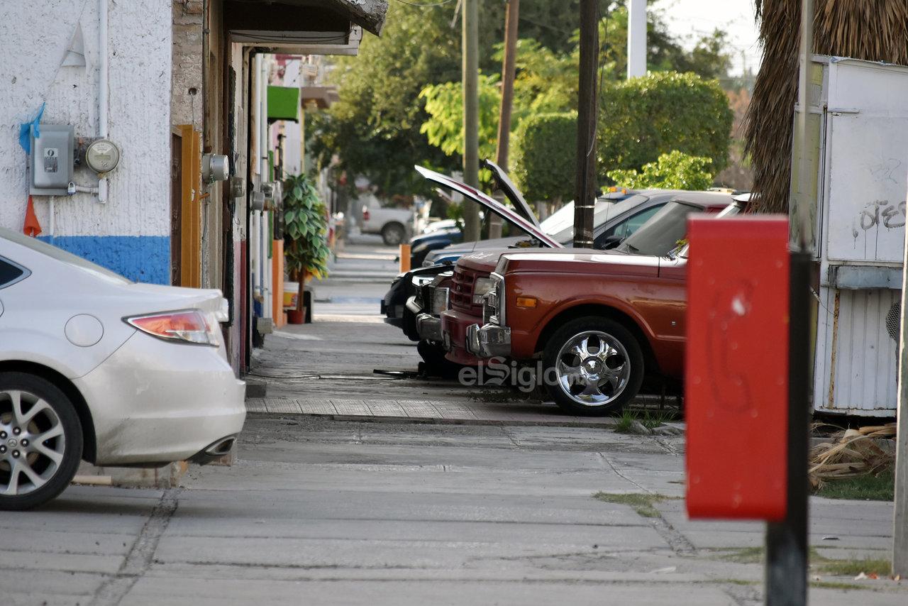 Contra la normativa. A pesar de que el Reglamento de Movilidad Urbana contempla como infracciones el indebido estacionamiento de los vehículos, ya sea obstruyendo el libre tránsito de las personas u obstaculizando el acceso a rampas para discapacitados, la práctica continúa.