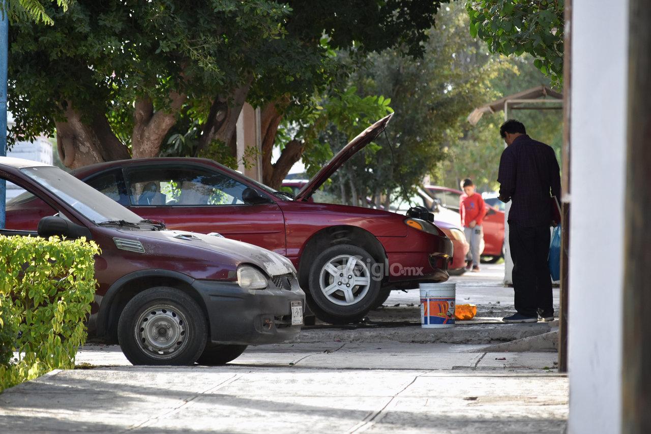 Llamado. Los ciudadanos de Torreón hacen un llamado a que se respete su espacio para caminar sobre las distintas vialidades de la ciudad, puesto que luego podrían sufrir un accidente.