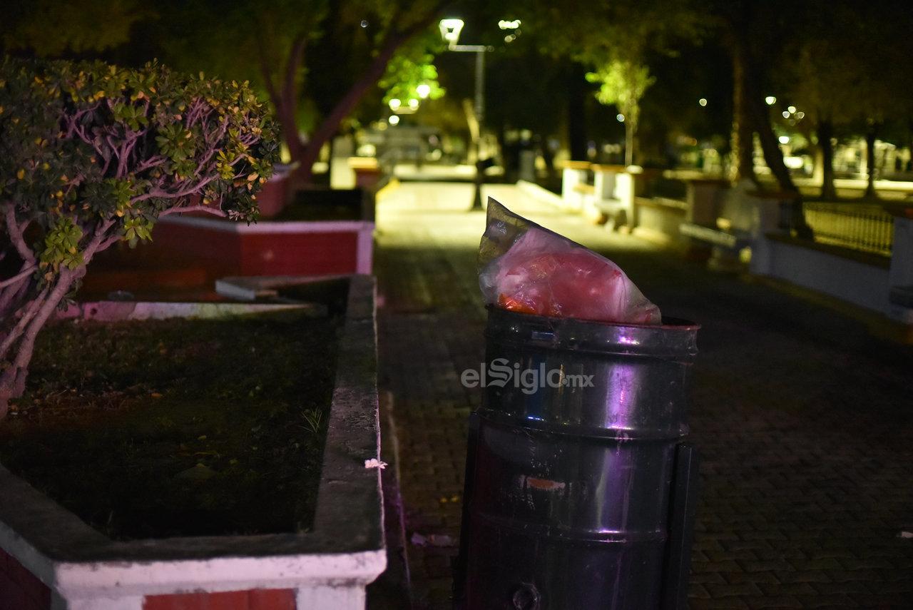La Alameda Zaragoza es otro de los paseos públicos donde abunda la basura en las noches. Este problema se agrave el fin de semana por la gran cantidad de paseantes que acuden a este espacio.