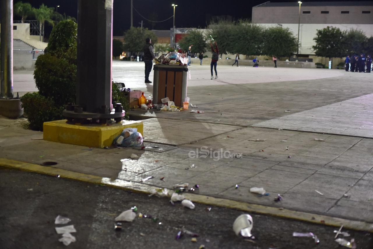 La apariencia de la Plaza Mayor, un espacio para las familias laguneras, luce mal cada vez que se deja regada la basura en la explanada.