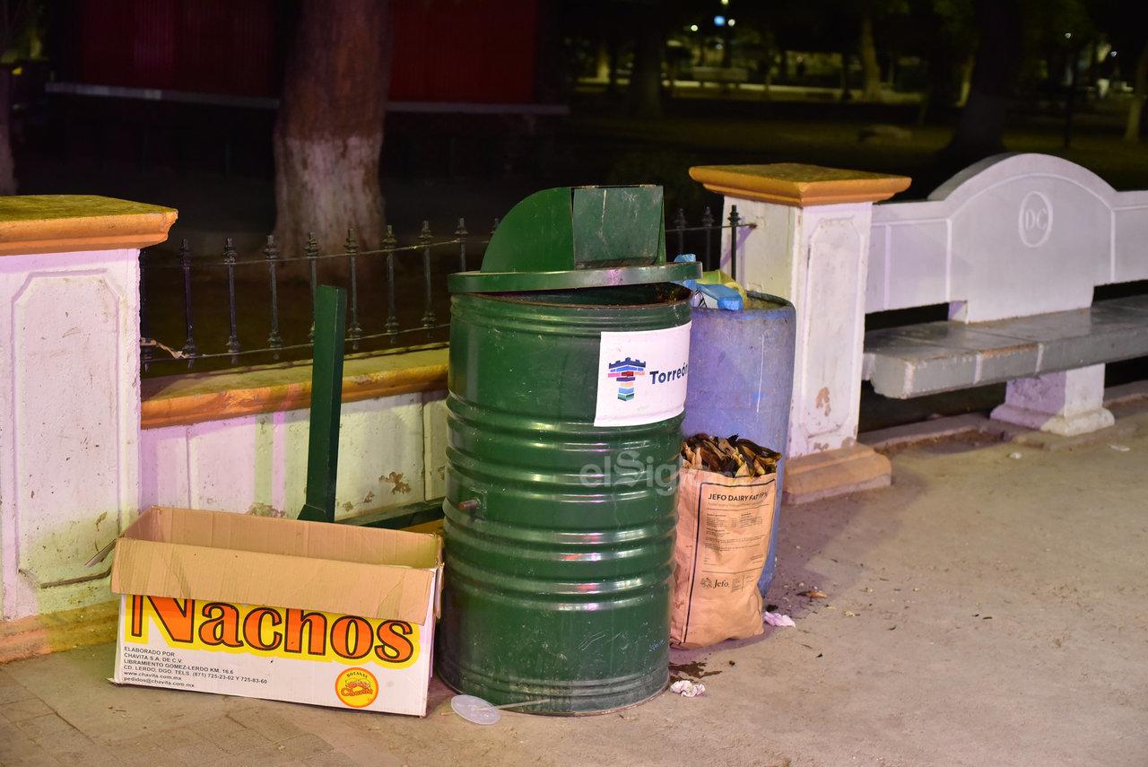 Alrededor de este paseo público en la ciudad, los comerciantes tiran sus cajas de los productos que venden al lado de los botes de basura. Esta práctica se aumenta durante los fines de semana, donde hay más movimiento.