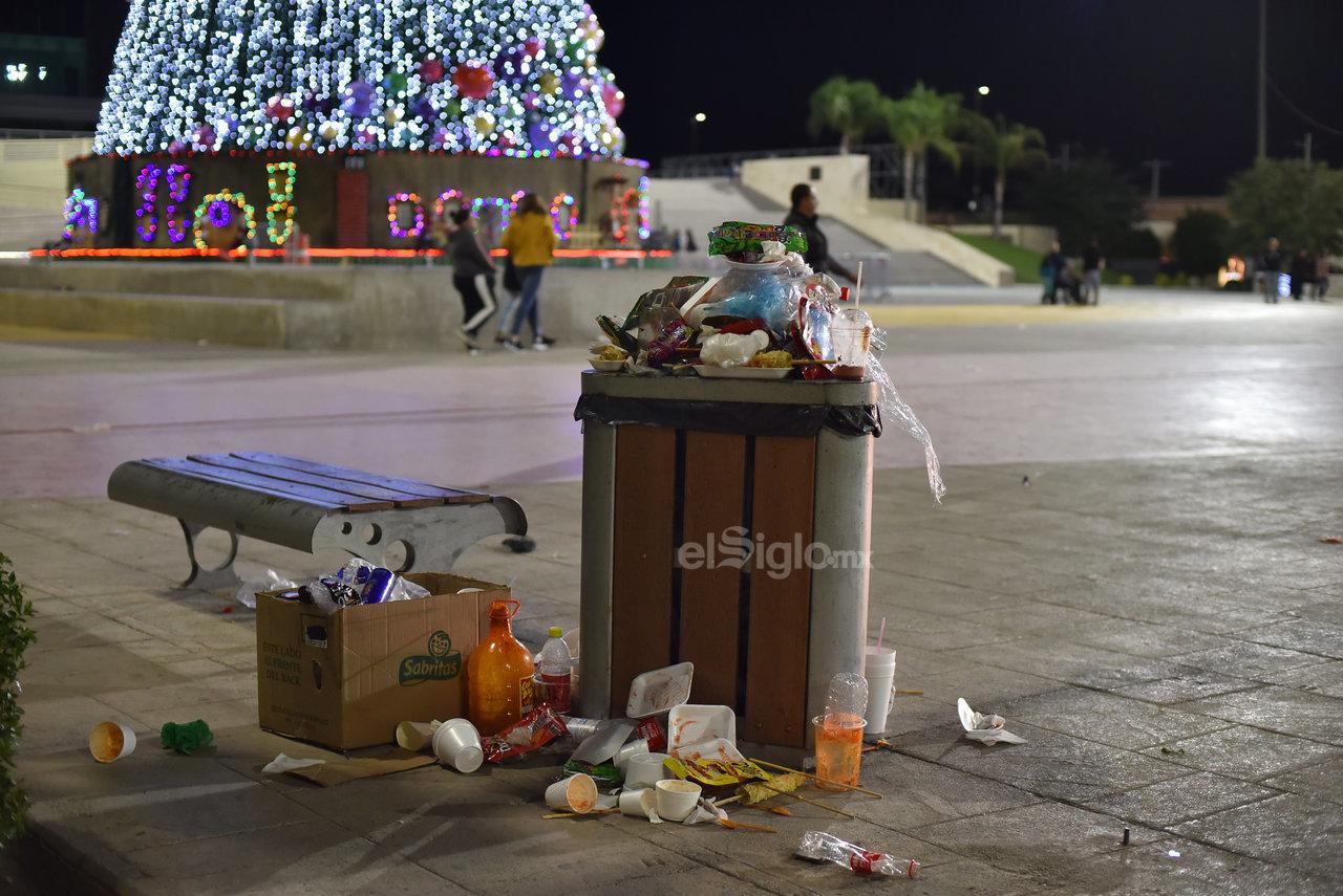 Plásticos al por mayor y restos de alimentos dejan tirados en los paseos públicos. Sin el mínimo respeto de los padres de familia y los jóvenes que acuden a divertirse en estos lugares de la ciudad.