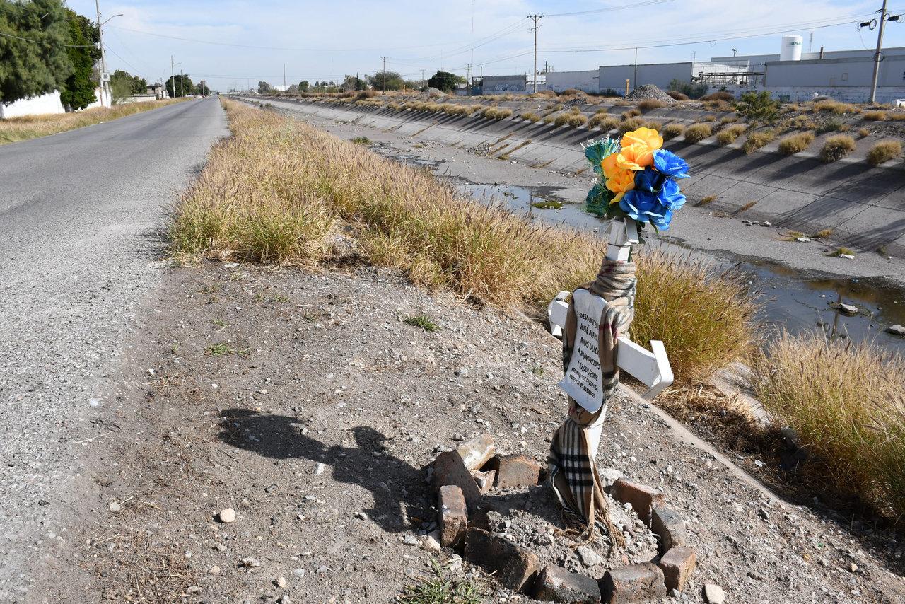 Prevención. Otra observación que hicieron  las personas es que no hay muro que ayude a prevenir accidentes, pues reconocieron que por la imprudencia de los automovilistas caen al canal aún sin que lleve agua.