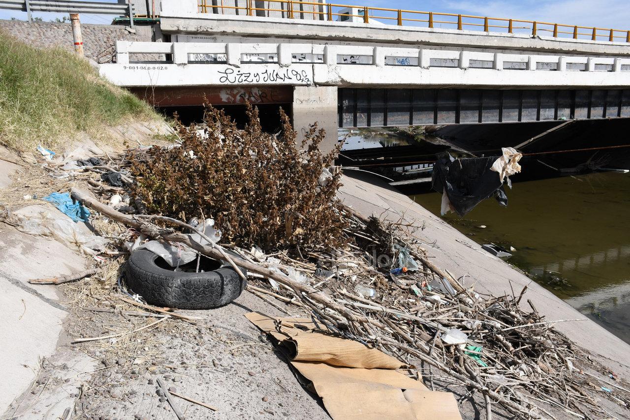 Contaminan. Algunos vecinos que viven en las colonias aledañas, dueños de negocios de comida y carromateros arrojan basura, ramas, comida llantas y demás desechos en el canal.