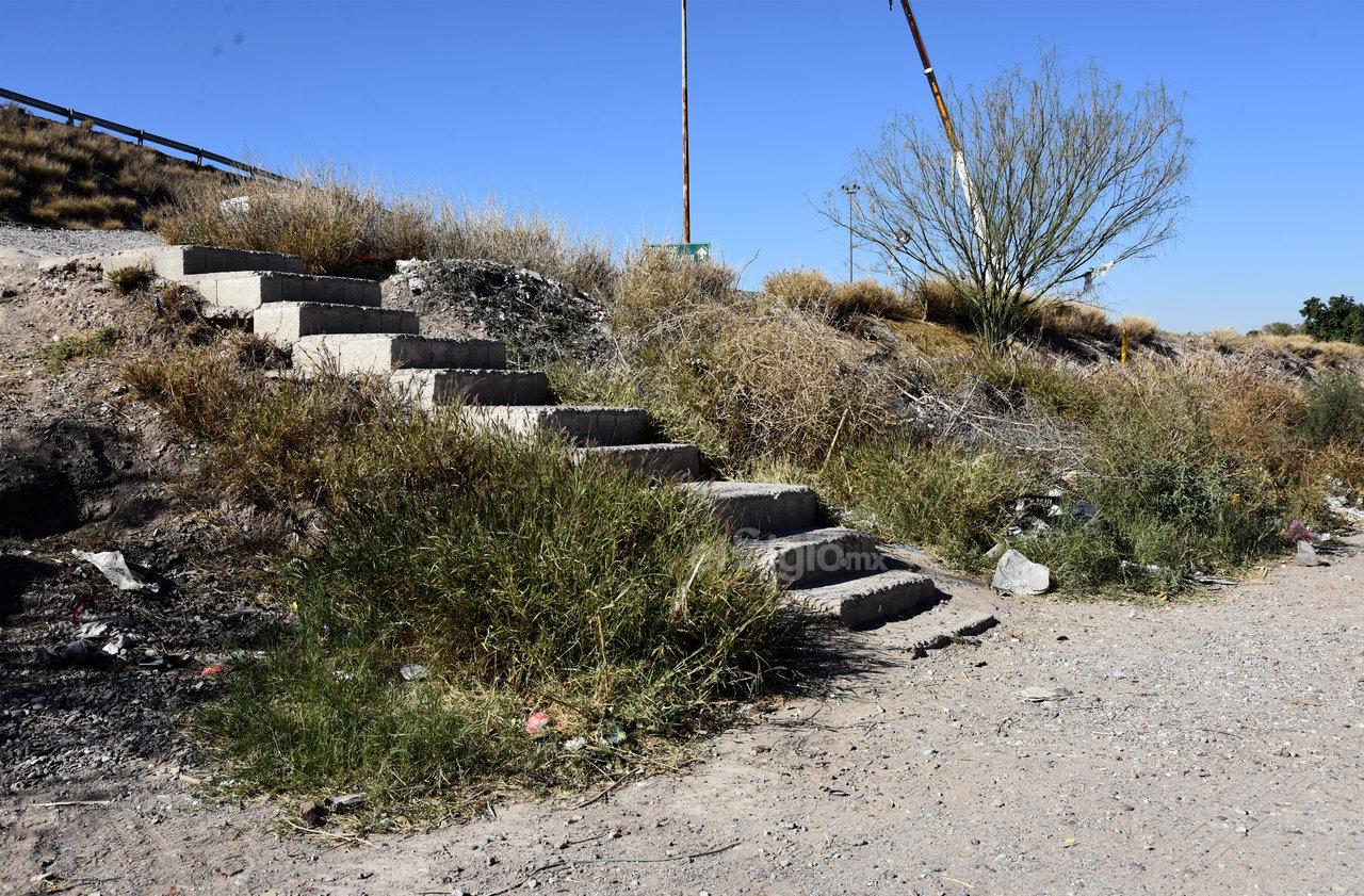 Los escaleras que se construyeron como accesos también están en mal estado, además de que alrededor hay maleza, basura y no hay alumbrado.