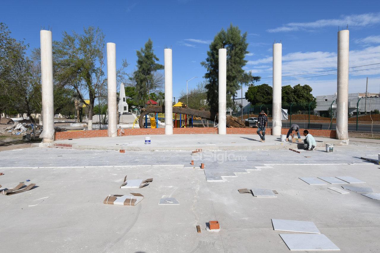 Se están terminando de instalar las seis columnas representativas de los Niños Héroes de Chapultepec, además de una explanada cívica de mármol.