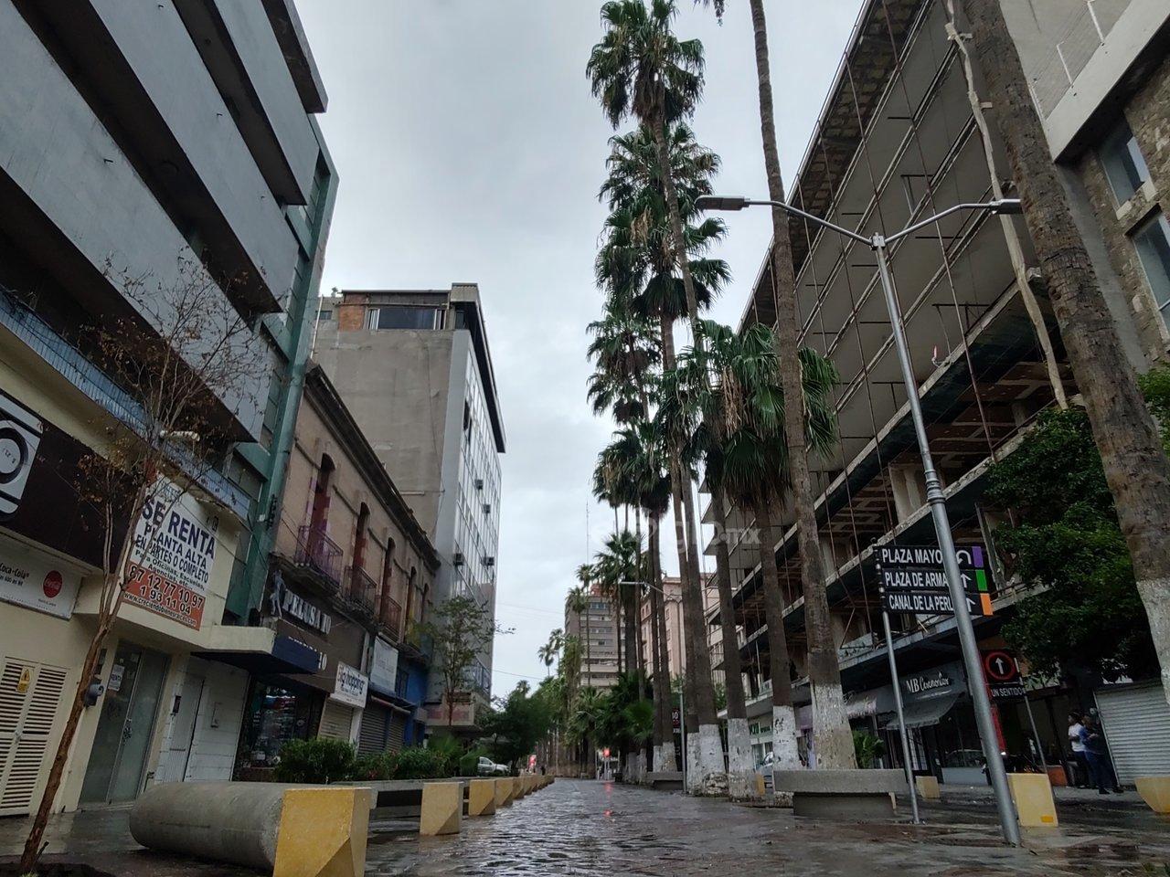 Refresca. A la 'tormenta de tierra' le siguió una ligera lluvia que dejó un clima agradable durante gran parte del mediodía y la tarde.