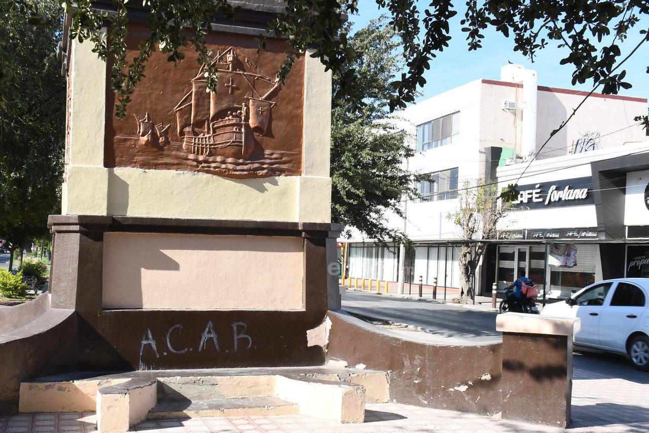 """Vandalizado. El monumento a Cristóbal Colón, ubicado en la calzada con el mismo nombre, es otro de los lugares afectados por los """"grafiteros""""."""