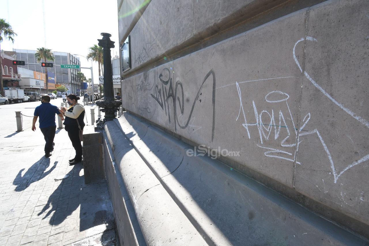 Realizan 'pintas' en edificios emblemáticos. El emblemático edificio del Banco de La Laguna y que se encuentra sobre la avenida Juárez y calle Cepeda, es uno de los más dañados por el grafiti.
