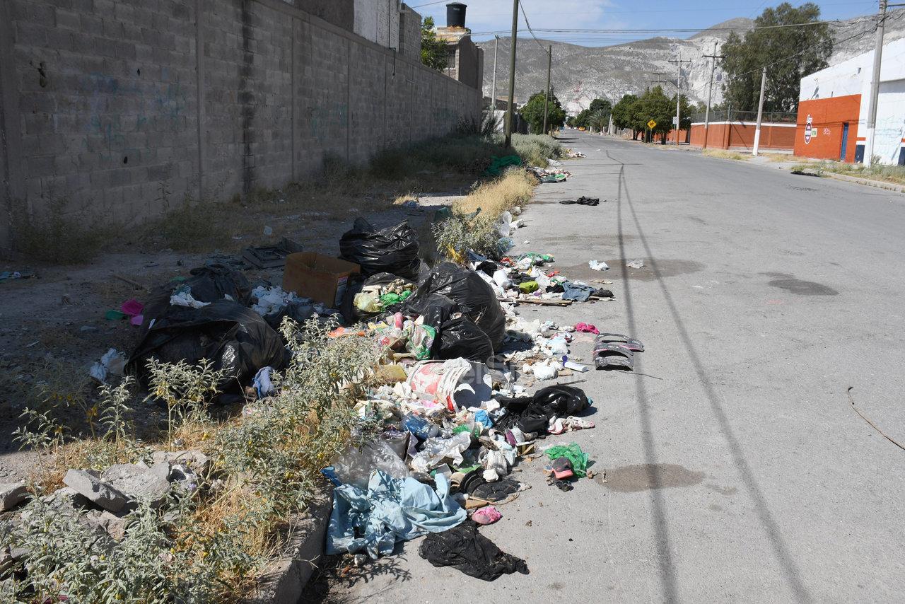 Sin recoger. Aunque pasen por el lugar, los trabajadores de la empresa recolectora de basura no se llevan esas bolsas desde hace varias semanas.