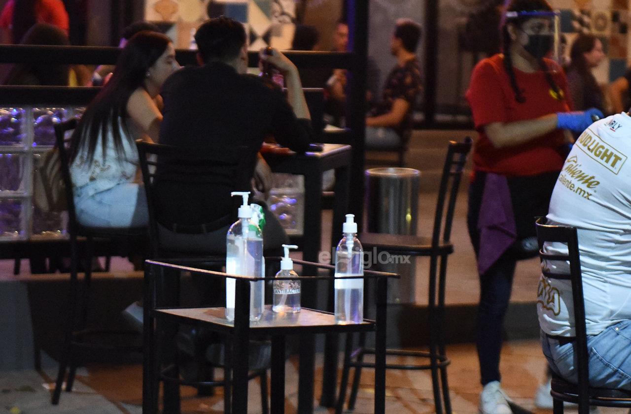 Medidas. Además de contar con gel antibacterial, los establecimientos deben verificar que los clientes y personal utilicen cubrebocas. Las mesas deben ser limpiadas luego de ser utilizadas.