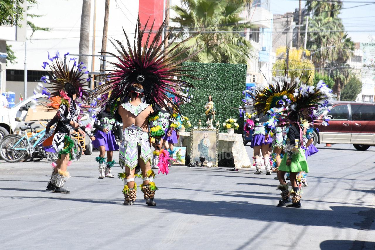 Sobre la avenida Matamoros, a la altura del Monte de Piedad, un altar bloqueó el paso vehicular para que un grupo azteca le rindiera culto.