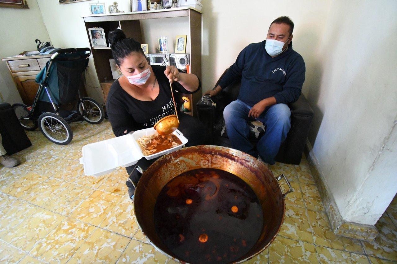 Como es tradición, familias completas elaboraron la tradicional reliquia con siete diferentes sopas y asado rojo.