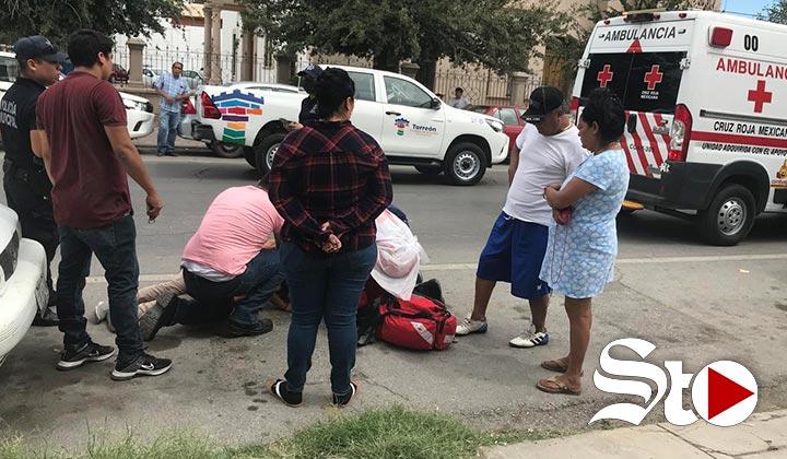 Mujer resulta lesionada tras caer de una motocicleta