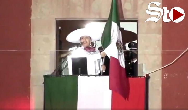 Alcaldesa de Guanajuato es 'poseída' por Phil Barrera
