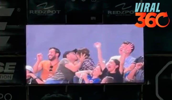 Lagunero divierte a multitud con 'beso de cuatro'