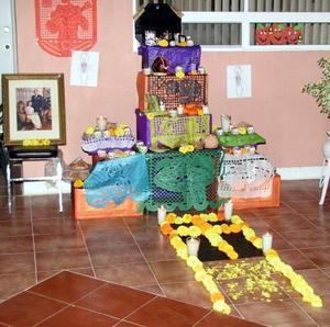 Los vecinos de la colonia torreón Residencial montaron un altar de muertos en Calle Prada 4741, con el objetivo de contrarrestar la influencia de Halloween.
