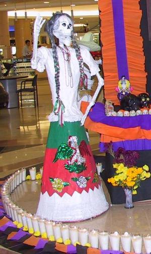 Los altares no están dedicados a alguien en específico, sino que son representaciones de la muerte en distintos roles, las cuales han sido realizadas por manos de artesanos mexicanos muy reconocidos, ya que han exportado su trabajo al extranjero