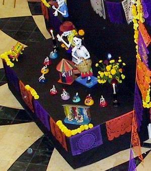 Se eligieron las piezas que tuvieran que ver con lo que los artesanos elaboran para la fiesta de la muerte, variando de acuerdo a la región del país a la que pertenecen.