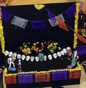 Aunque no hay una figura específica, el altar es una ofrenda representativa, creada por los vivos para los muertos quienes, a partir del primer minuto del 1 de noviembre y hasta el último del día 2, regresarán para disfrutar de su banquete.
