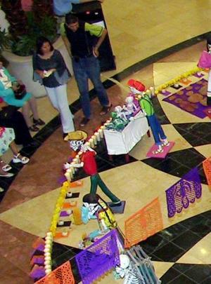 De esta manera, lo que se ha querido representar es un mercado, típico también de la cultura mexicana. Está dedicado a nadie y para todos
