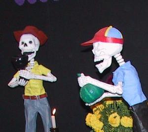 En este altar, la muerte ha tomado distintos roles: vendedores de flores, ataúdes, inciensos, cazuelas y cucharas, velas y calaveras de azúcar.