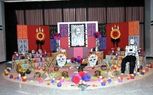 En la Casa de la Cultura de Gómez Palacio se montó un altar de muertos en memoria a Manuel A. Bravo y José Vasconselos.