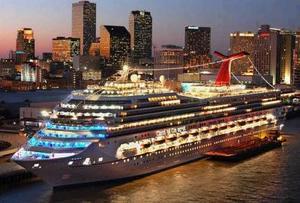 La conquista del Carnaval propiedad de una Línea de Cruceros en Miami está espectacularmente adornado con luces. Esta embarcación mide 952 pies de largo y puede hospedar hasta 3,700 turistas y 1,200 miembros de tripulación.