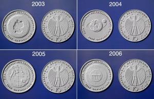 En este cuadro se muestra la combinación de la moneda de 10 euros propuesta por el ministro alemán  Hans Eichel  -líder del Comité  organizador de la  Copa Mundial de Fútbol- para promocionar la Copa Mundial de Fútbol 2006. Alemania producirá cinco millones de monedas de plata de 18 gramos cada año a partir del 2003 hasta el 2006