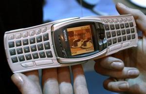 NOKIA presentó el nuevo teléfono NOKIA 6800, que incluye una pantalla giratoria automática y un teclado que da mayor comodidad al usuario al permitirle enviar su texto de una manera más rápida y sencilla.