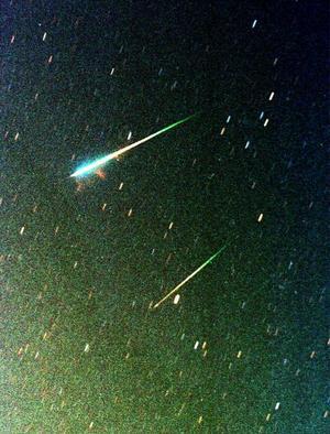 En un observatorio en el desierto de Azraq se captaron estos meteoros que fueron visibles en Europa y América. Este debe haber sido el mayor espectáculo de estrellas fugaces del siglo 21, sin embargo la luna llena frustró parte del gran espectáculo ocurrido el 19 de noviembre de 2002