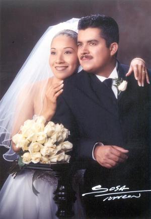 Lic. Rogelio Garza Muñoz y Lic. Yéssika Ramírez Ortiz recibieron la bendición nupcial el 16 de noviembre de 2002