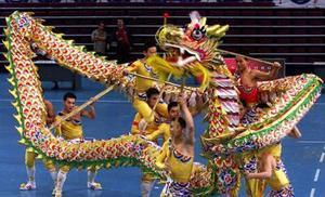 Un grupo de danza presenta el baile del dragón de China durante el Campeonato Mundial de baile  del dragón y danza del león en Kuala Lumpur en Malasia. 26 equipos de catorce países  diferentes de todas partes del mundo participan en este magno evento. La danza del dragón es un  importante aspeto en el folklore mitológico chino. La coreografía de este baile se realizó con un dragón de 35 metros de lagro apoyado en 15 personas, quienes deben estar perfectamente coordinadas para poder presentarlo adecuadamente.
