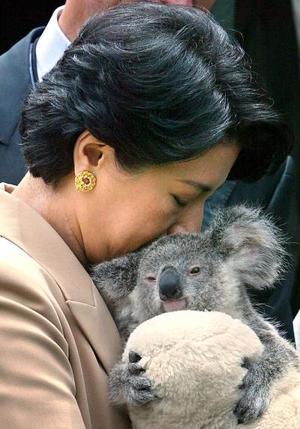 La princesa de Japón abraza tiernamente a un oso Koala durante su visita al parque zoológico de Taronga en Sidney
