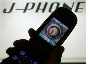 El teléfono modelo v-n701 tercera generación de la compañía J-phone se muestra en Tokio. El teléfono ofrece un nuevo servicio de telefonía con Internet a rápida velocidad, transmisión de video, entre otros.