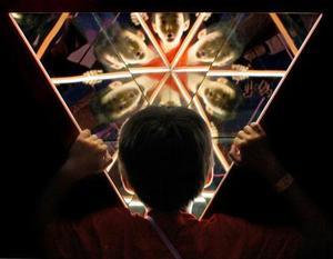 Un niño se asoma al gigante calidoscopio en un centro de entretenimiento de Singapur.