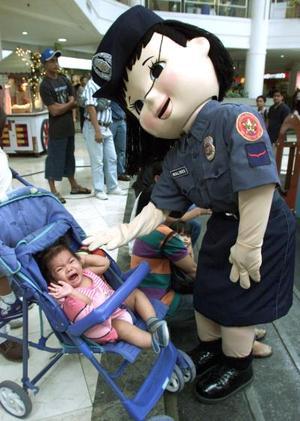 La policía de Filipinas ha optado por trabajar en esta época de festejos portando un traje de muñeco policía  con el fin de hacer su presencia menos molesta y más amistosa a la gente.
