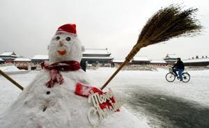 Un mono de nieve es captado  en la prohibida ciudad de Beijing en China. Los chinos no acostumbran celebrar la navidad pero en los últimos años esta festividad ha incrementado su popularidad en dicho país.
