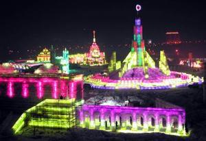 El espectáculo anual turístico de esculturas de hielo llamado 'El mundo de nieve' abrió sus puertas al público chino  en diciembre pasado. La exhibición  utilizó 150mil metros cúbicos de hielo y 120 mil metros cúbicos de nieve para la construcción de  más de 2,000 esculturas de hielo.
