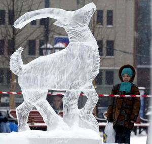 Un grupo de escultores de nieve rusos instalaron una muestra en el centro de Moscú para celebrar el Año Nuevo y el Día de los cristianos ortodoxos celebrado el 7 de enero.