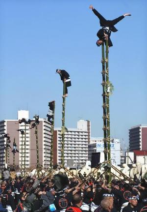 Bomberos japoneses realizan acrobacias en escaleras de bambú durante los festejos de Año Nuevo en Tokio. Más de 2,600 bomberos participaron en esta ceremonia anual patrocinada por el Cuerpo de Bomberos de Tokio.