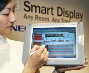 Una trabajadoras de Microsoft muestra la ''pantalla inteligente'' SD10 en Tokio.  Esta pantalla digital  inalámbrica permite a los usuarios acceder y usar su computadora personal desde cualquier  cuarto de la casa. Este sistema corre bajo el sistema de windows XP y tiene un precio de $840 dólares