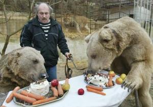 Dos osos de Siria, llamados Tom (der) y Jerry (izq) celebraron sus 14 años de vida con  postre, pastel, zanahoria y frutas. Los dueños criaron estos dos osos y un león  para ganarse la vida rentándolos  parar propósitos comerciales y publicitarios