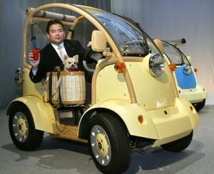 """El presidente de la Compañía Takara Co, prueba el carro eléctrico para pasear mascotas en Tokio. El  vehículo incluye un dispositivo llamado """"doble lengua"""" que traduce el ladrido de los perros. Takara, el segundo más grande fabricador de juguetes en japón, sacará este juguete a la venta en mayo y tendrá un costo de $9,222 dólares"""