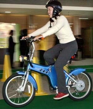 """Una japonesa prueba la nueva  bicicleta motorizada y desplegable llamada  """"TU""""  Que tiene un costo de  $1,608 dólares"""