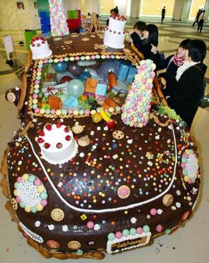 Un Volkswagen  cubierto con 150 litros de chocolate y adornado con galletas, se exhibió en una tienda de dulces  en Tokio  el día de San Valentín.