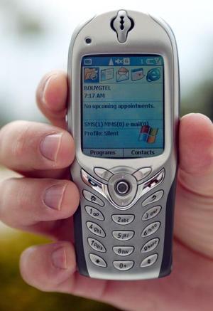El Nuevo teléfono 'Smart-phone' de Microsoft se mostró  en un congreso en Francia. Este teléfono ofrece numerosas aplicaciones como el acceso rápido a la red para navegar y checar correo electrónico, servicio de mensajes instantáneos, entre otros.