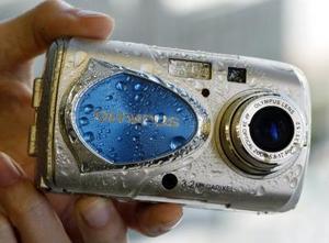 La corporación Olympus Optical mostró al mundo la nueva Camedia Mju-10, la primera cámara digital de 3.2 megapixeles con cobertura de metal que puede ser introducida al agua sin sufrir desperfectos. Su costo es de 50 mil yenes, $430 USD