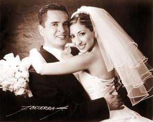 Lic. Érik Mauricio Fernández Vázquez y Lic. Mayela Castellanos del Río recibieron la bendición nupcial el cinco de abril de 2003