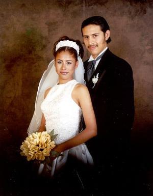 Sr. Santiago Salazar Valles y Srita. Yadira Favela Dávila contrajeron matrimonio el 12 de abril de 2003